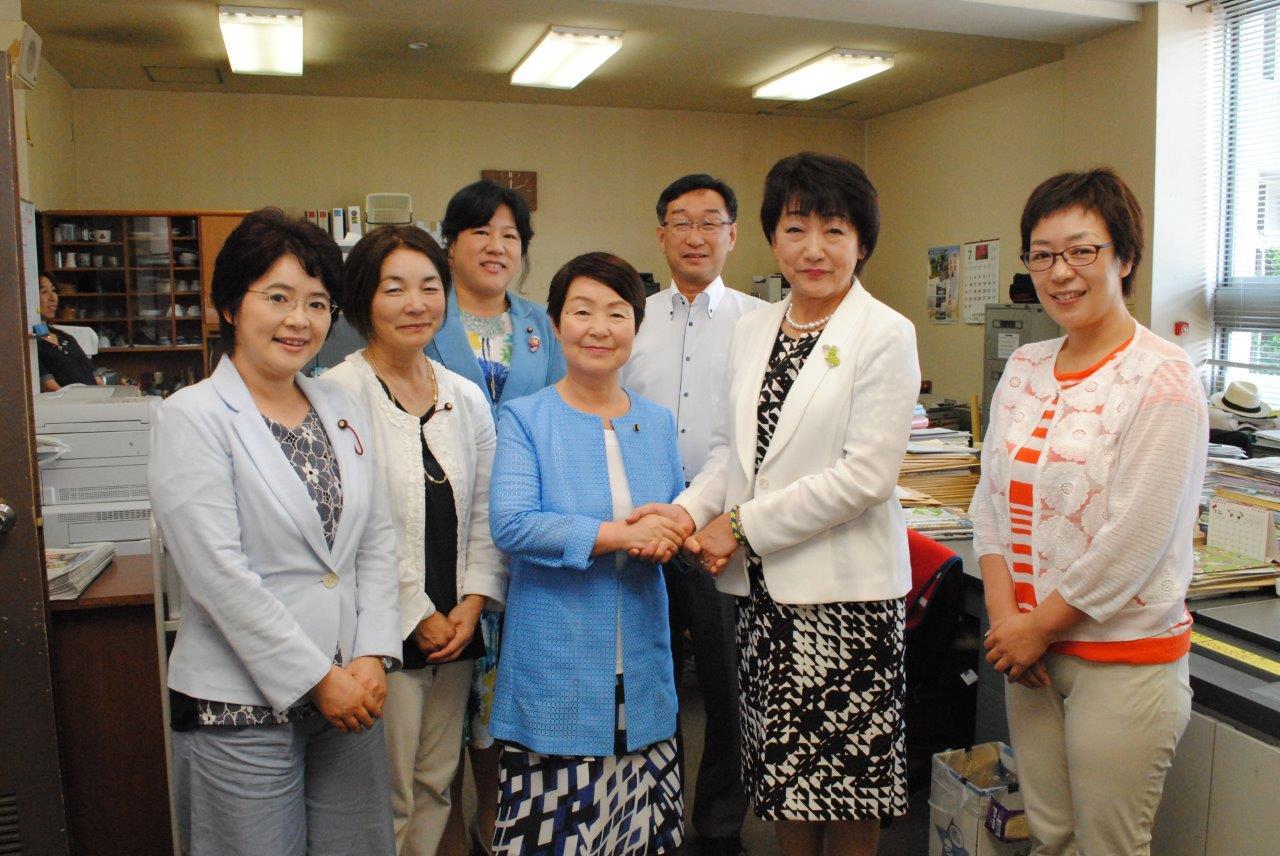 嵯峨さだ子ブログ郡和子新市長とガッチリ握手